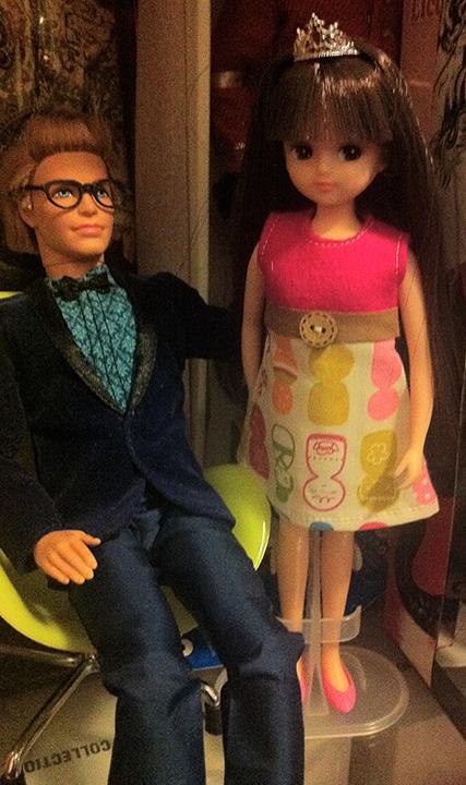KENは蝶ネクタイに濃紺のベルベットのジャケットを着用!リカちゃんの靴は2足しか持ってなくて、たまたま合いそうなピンクがあった!ティアラ、素敵!ずれてるけど(汗)